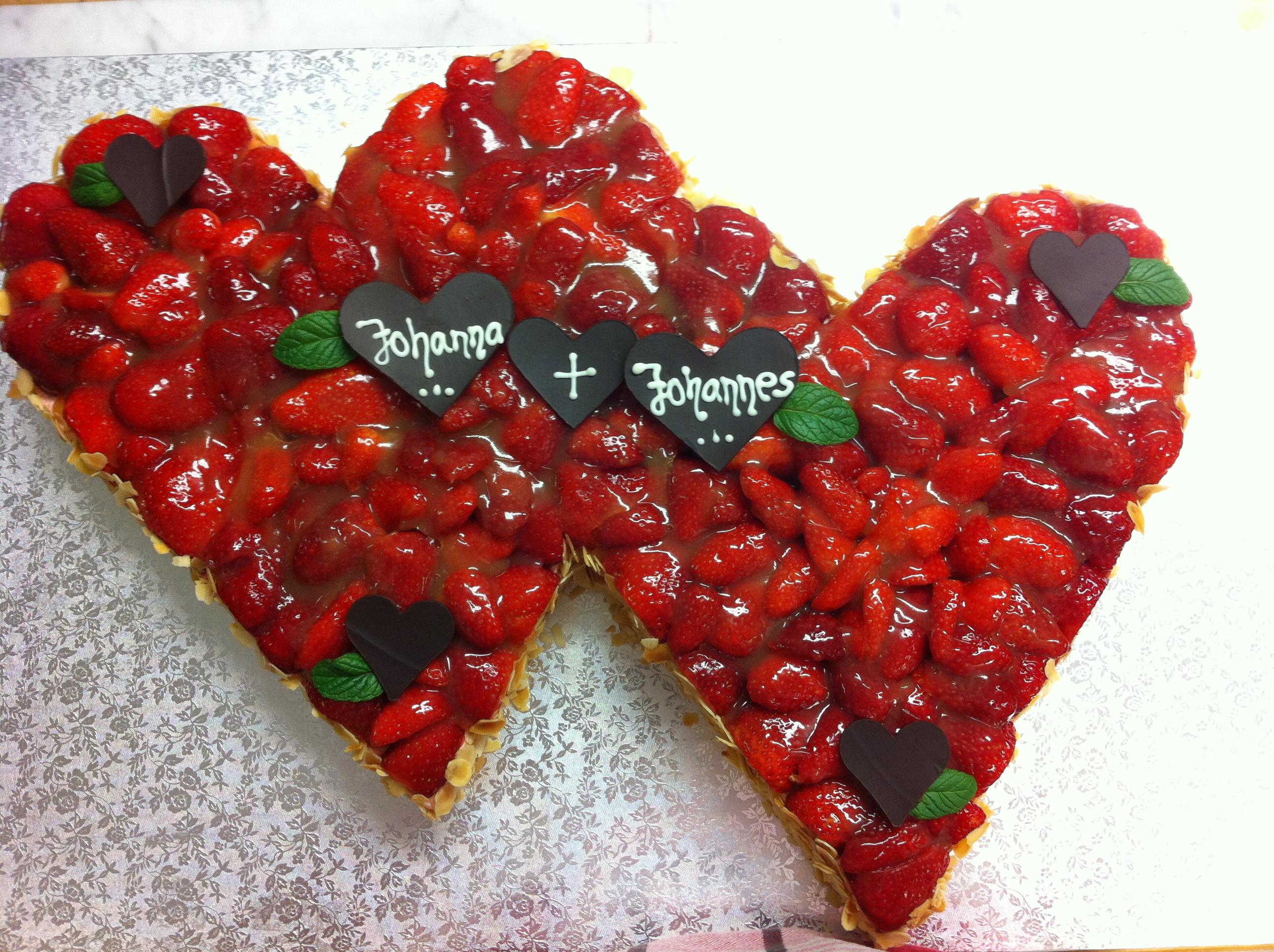Hochzeitstorte Doppelherz Erdbeeren Tortenspitze