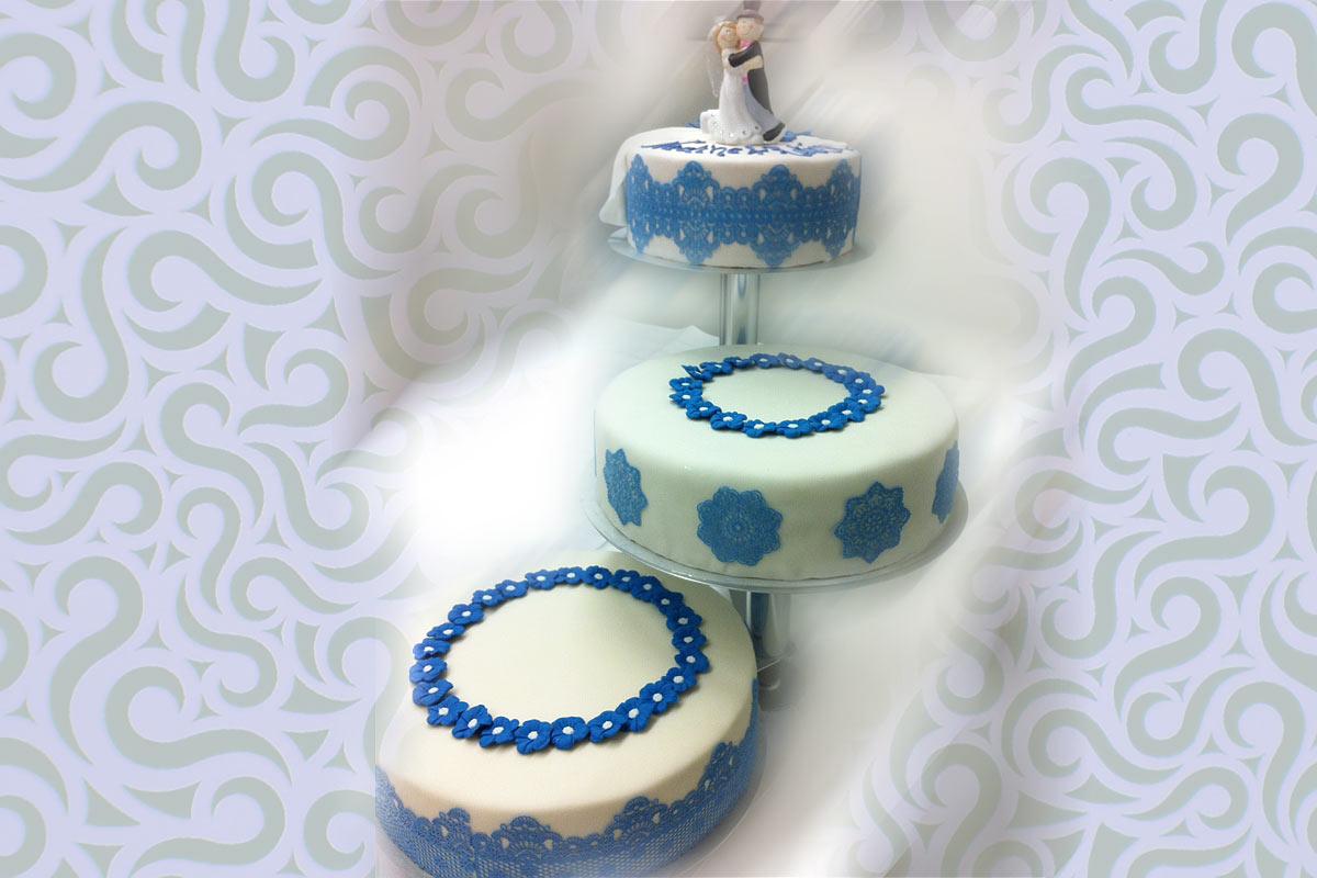 3 Stockige Hochzeitstorte In Blau Mit Spitzen Tortenspitze
