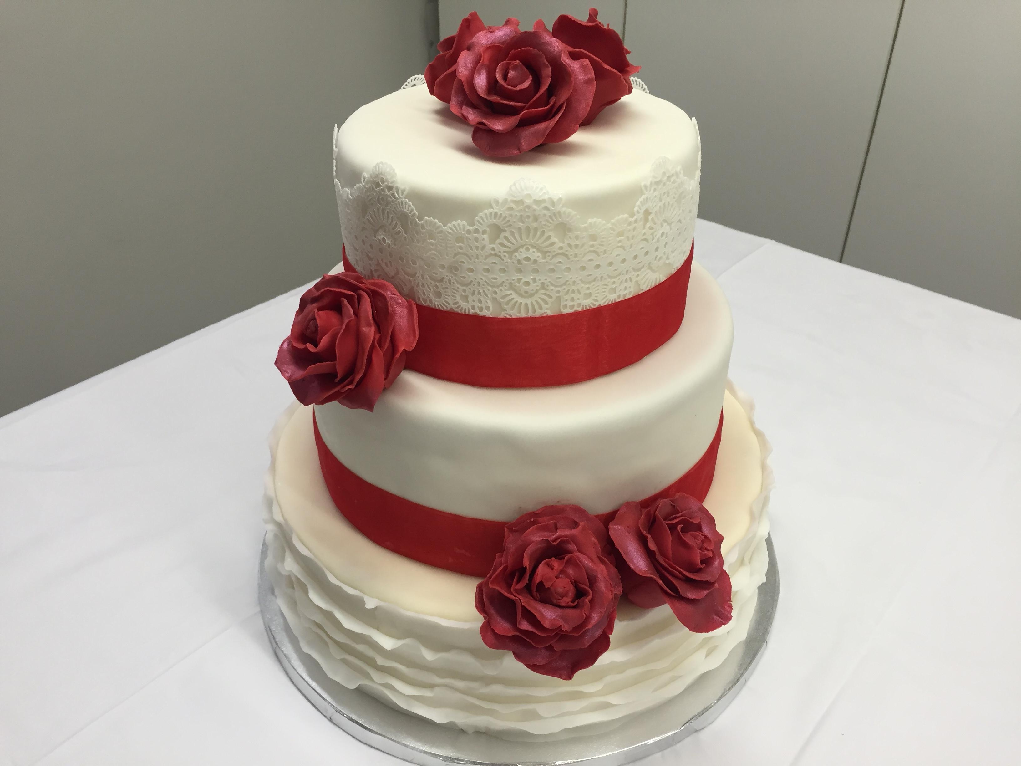 Hochzeitstorte Ganz in weiß.. mit roten Rosen aus Blütenpaste ...